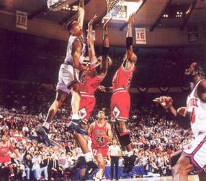 Starks mat�ndola por encima de Horace Grant y Michael Jordan.